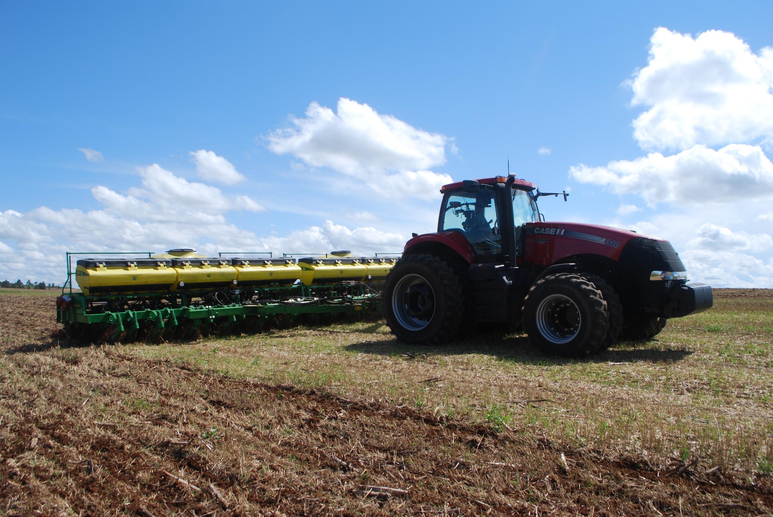 Plantio com piloto automático, RTK, controle de seção, taxa variável de adubo e sementes.